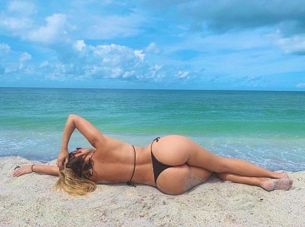Девушки на пляже в купальниках (11)
