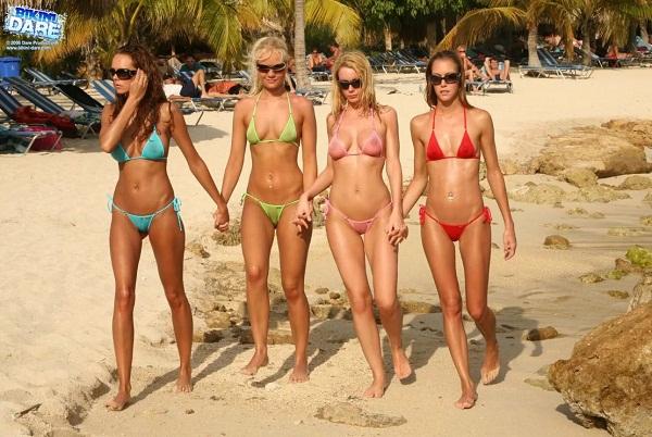 Девушки на пляже в купальниках (12)