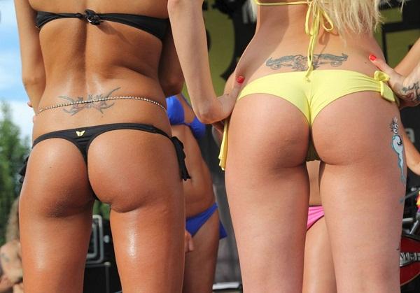 Девушки на пляже в купальниках (18)
