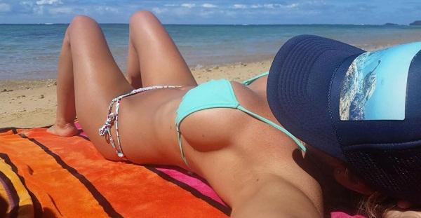 Девушки на пляже в купальниках (19)