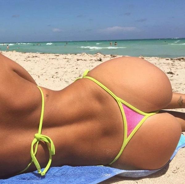 Девушки на пляже в купальниках (22)