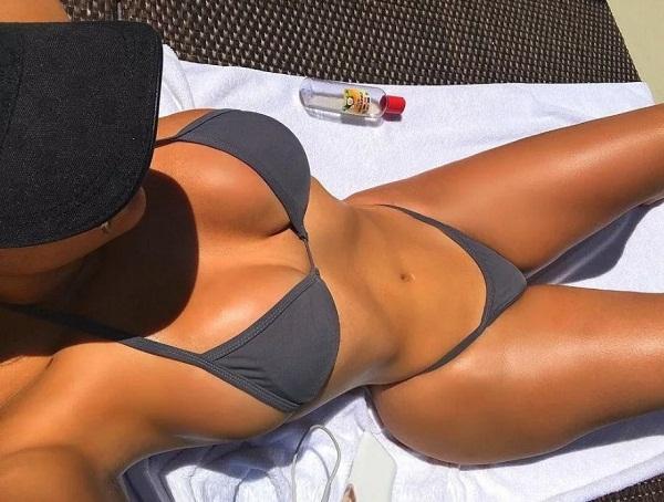 Девушки на пляже в купальниках (30)