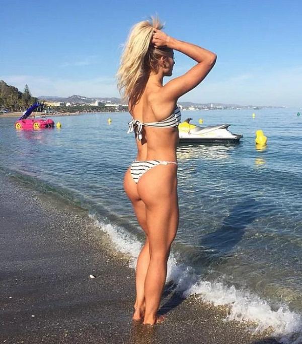 Девушки на пляже в купальниках (4)