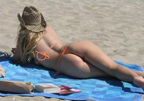 Девушки на пляже в купальниках (8)