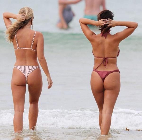 Девушки на пляже в купальниках (9)